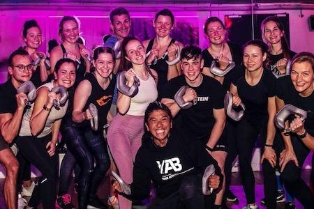 Ob Gruppenkurs, auf der Fläche oder Personal Training: geschulte Trainer zeigen, wie die Programme von YAB gehen - im Studio, online oder im Freien!